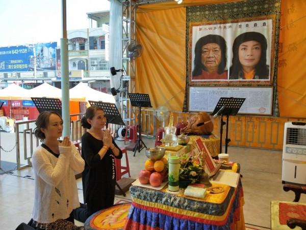 世界第一輛行動佛殿環島祈福法會,停駐高雄林園,開放信眾參拜。(圖/世界佛教正心會提供)