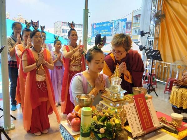 行動佛殿供信眾參拜並瞻仰佛舍利。(圖/世界佛教正心會提供)
