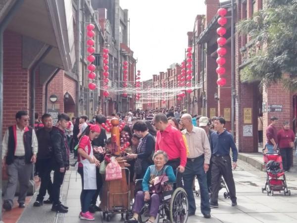 今天年初一,宜蘭傳統藝術中心園區擠爆走春人潮。(傳藝中心提供)