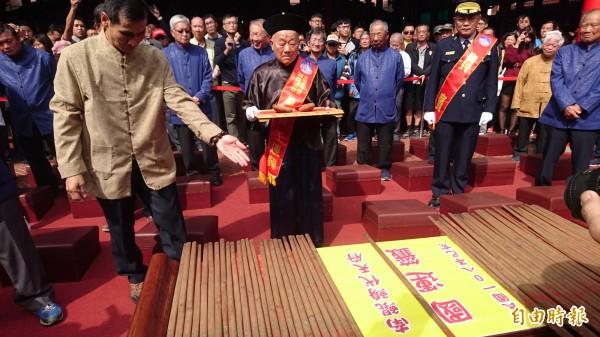 南鯤鯓廟董事長王連興最後一搏擲筊,還是未獲3連杯。(記者楊金城攝)