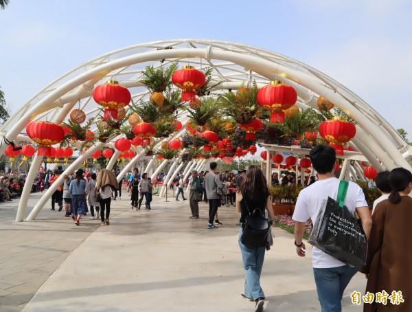 大紅燈將花博園區妝點得十分喜氣。(記者歐素美攝)