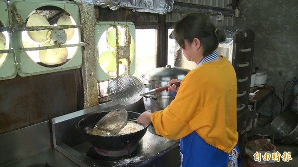 雲海餐廳的廚房再度動起來。(記者王秀亭攝)