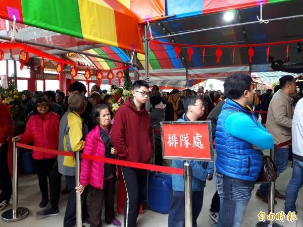 總統蔡英文大年初一到新竹市香山財神廟發紅包,排隊人龍超過2000人,顯示蔡英文的人氣回升。(記者洪美秀攝)