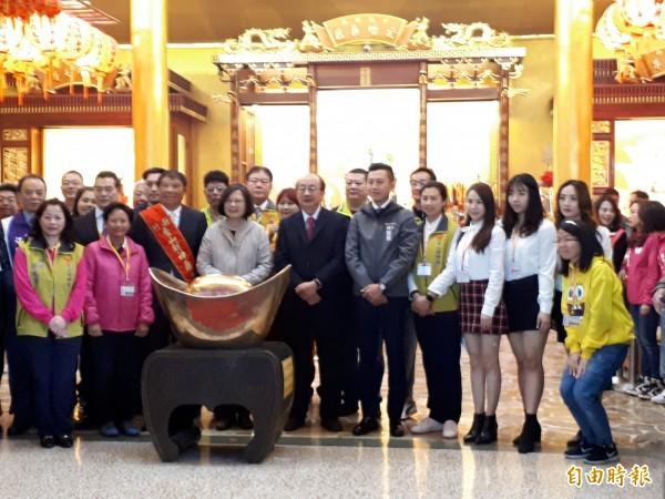 總統蔡英文大年初一到新竹市香山財神廟參拜及發紅包。(記者洪美秀攝)