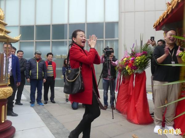 台開集團總經理邱于芸(中)一舉擲出聖筊,開心為自己鼓掌。(記者吳正庭攝)