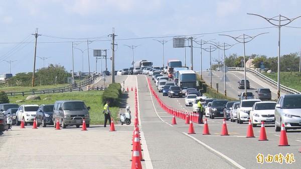 台東市中華大橋北端因車道縮減及匯流,車流超出道路負荷,造成車輛回堵。(記者王秀亭攝)