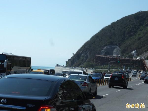 南迴公路旁的知名景點多良火車站周邊也湧現車潮。(記者王秀亭攝)