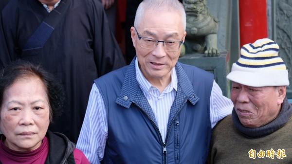 民眾(右)拿到吳敦義紅包高喊總統好,讓吳敦義(中)相當開心。(記者林欣漢攝)