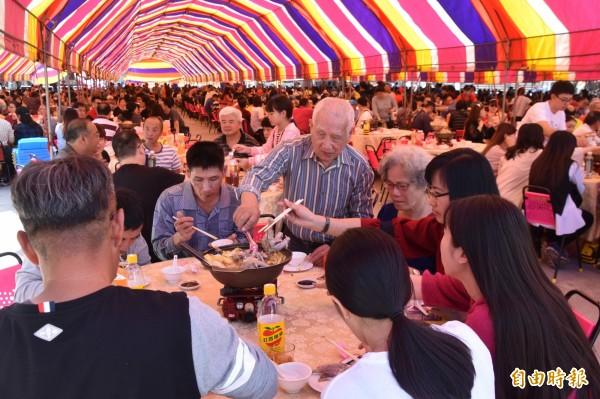 內門初二回娘家吃辦桌活動,5300人中午同時齊聚一堂圍爐慶團圓,場面十分熱鬧。(記者蘇福男攝)