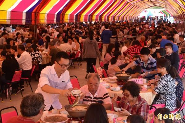 高雄內門、茄萣等地中午舉辦廟口呷辦桌活動,席開逾800桌,總共有8000多人齊聚一堂圍爐慶團圓。(記者蘇福男攝)
