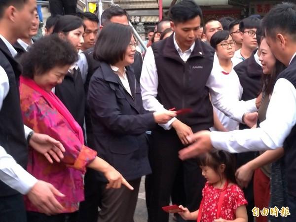 總統蔡英文傍晚到高雄關帝廟發放紅包。(記者王榮祥攝)