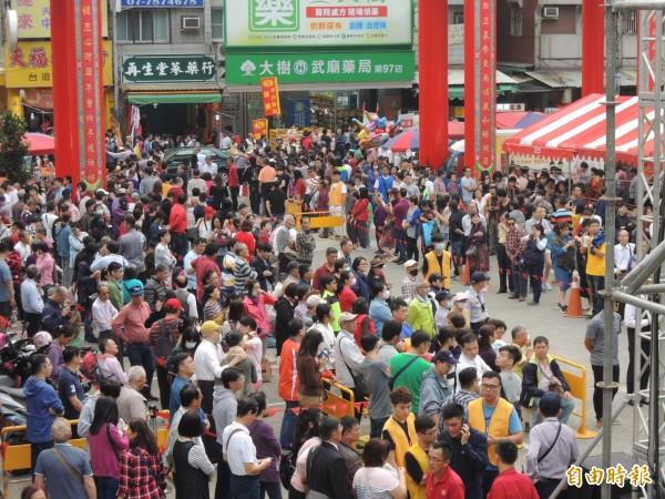 高雄關帝廟從上午開始吸引大批民眾排隊,等著領取總統紅包。(記者王榮祥攝)