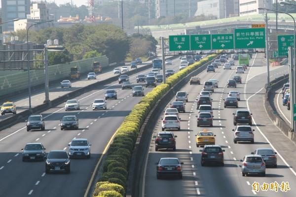 國道一號高速公路新竹系統路段上午車潮滿滿。(記者王駿杰攝)