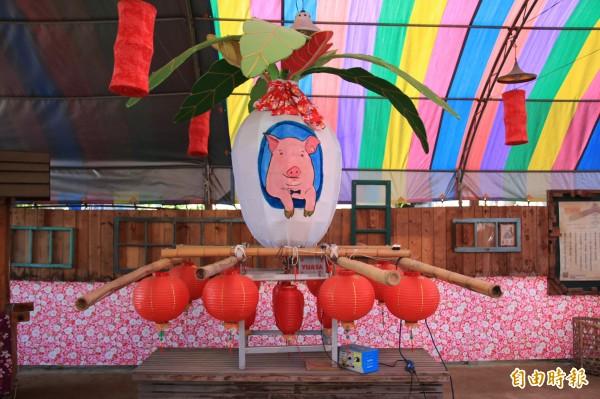 蘆竹湳社區的豬年大型好采頭蘿蔔燈已完工。(記者鄭名翔攝)