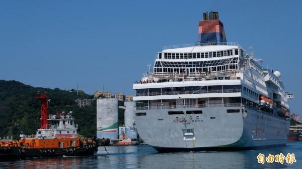 麗星郵輪寶瓶星號進港靠泊,不少船上的遊客也看到海豚在港中優游的美景。(記者林欣漢攝)
