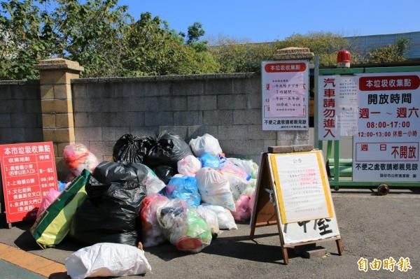頭份市清潔隊門口張貼告示,初一至初四停收垃圾,但仍有缺乏公德心的民眾將垃圾堆置門口。(記者鄭名翔攝)