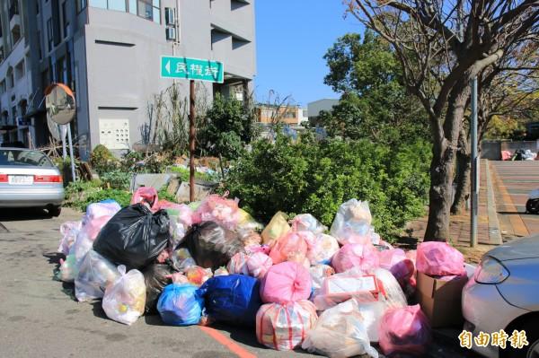 路邊堆放垃圾山的景象,每逢春節幾乎年年上演。(記者鄭名翔攝)