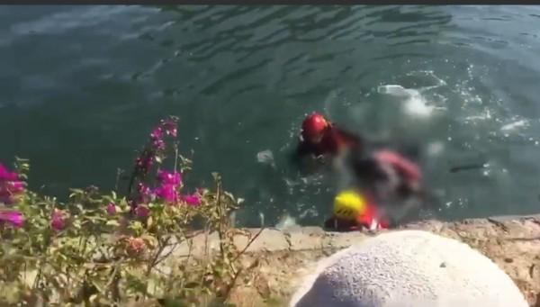 救難人員將浮屍帶上岸。(記者洪定宏翻攝)