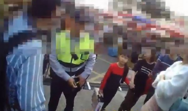 50歲謝男(左)涉嫌偷拍女子裙底風光遭逮。(記者方志賢翻攝)