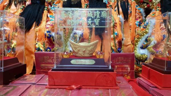 大年初四迎財神,基隆護國城隍廟送發財金,前3名還加碼送金元寶、美金。(記者林欣漢翻攝)