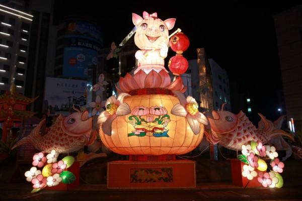 斗六圓環的豬年主燈「金豬報喜年年有魚送財來」,造型可愛。(斗六市公所提供)