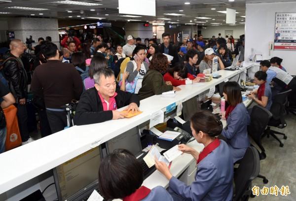 華航機師罷工小港機場369人飛不成,消保官敎你怎麼申訴保護權益。(記者張忠義攝)