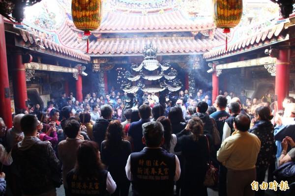 奉天宮進行接神儀式。(記者林宜樟攝)