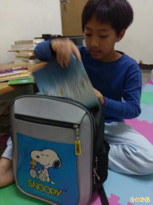 假期結束前可讓孩子收拾書包做上學前預備。(記者張軒哲攝)