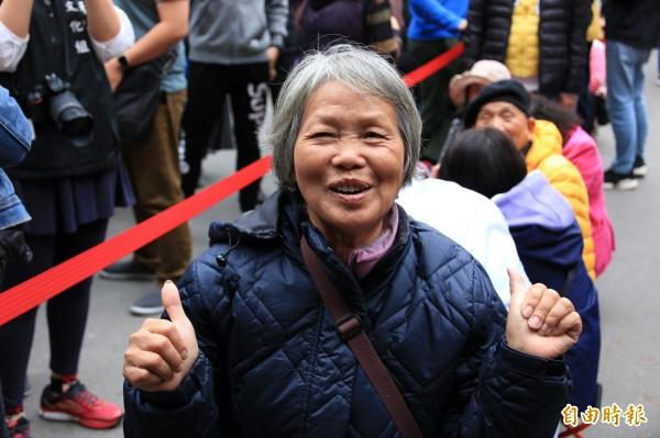 71歲的彭阿嬤今早6點就排首位等領紅包。(記者鄭名翔攝)