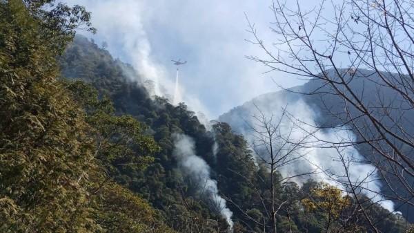 南投信義潭南山區發生森林大火,空勤直升機出動前往灌救。(記者劉濱銓翻攝)