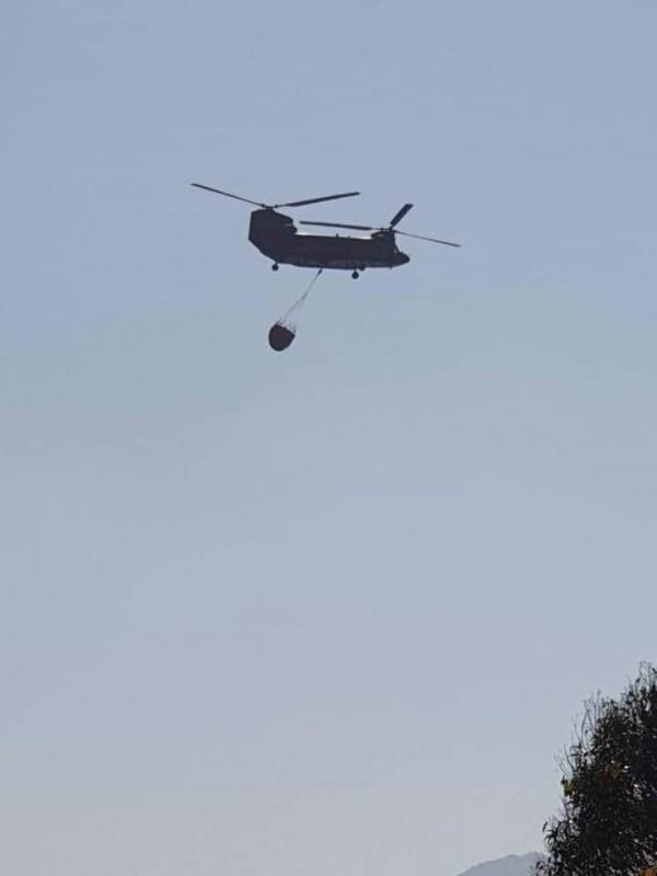 南投信義潭南山區發生森林大火,陸軍航特部雙螺旋槳直升機也出動灌救。(記者劉濱銓翻攝)
