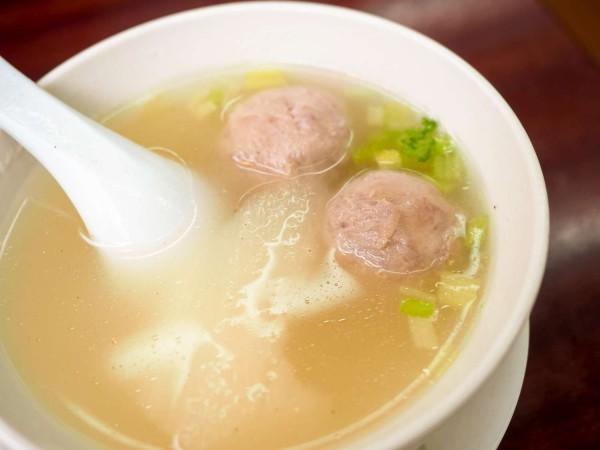 摃丸是新竹市的名產,強調手打,多以「摃」字為名,主要以豬後腿肉做成,來新竹市觀光少不了一碗熱騰騰的摃丸湯。 (新竹市政府提供)