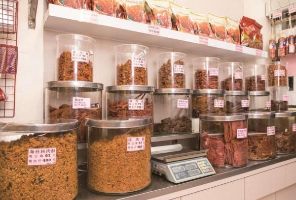 利利號是新竹市的年節掃貨點,店內擺滿了各式肉乾、肉鬆、香腸、臘肉與火腿,是擁有30多年歷史的老字號。(新竹市政府提供)