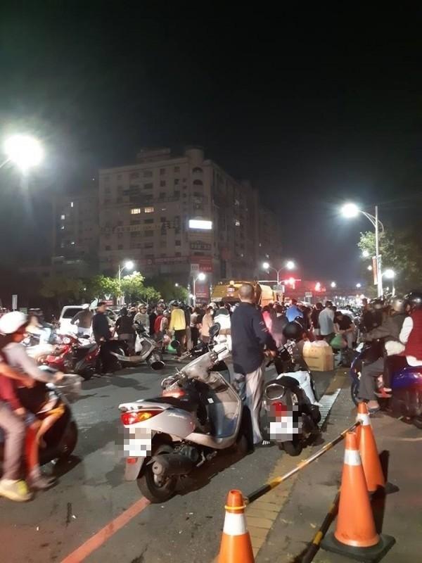嘉義市民眾半夜圍繞垃圾車的熱鬧場面。(讀者提供)
