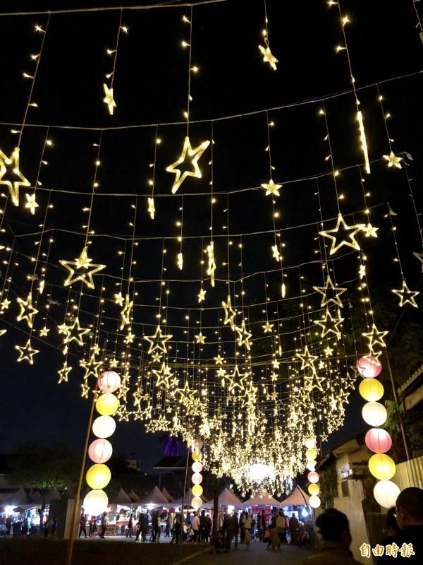 勝利星村燈區夜晚好閃亮。(記者羅欣貞攝)