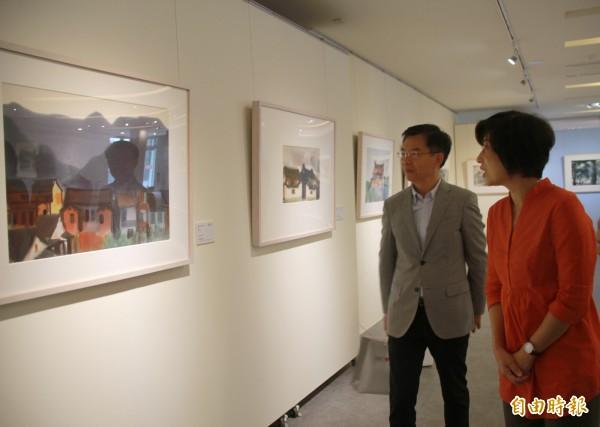 台東縣長饒慶鈴(右)今天到台東生活美學館參觀席德進畫作。(記者黃明堂攝)