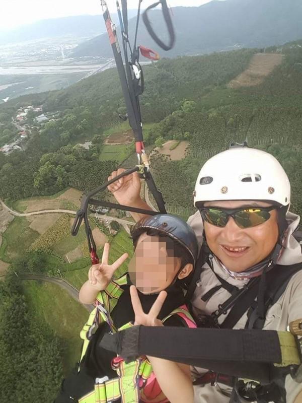 王姓教練經營飛行傘民宿多年,臉書上經常張貼飛行美照,上午發生意外墜落身亡。(擷取王姓教練臉書)