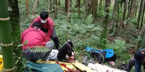 消防人員協助受傷中客固定四肢,他意識仍然清楚。(消防局提供)