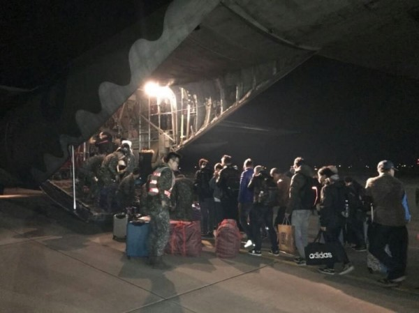 屏東空軍基地出動C130運輸機疏運離島旅客。(空軍第六混合聯隊提供)