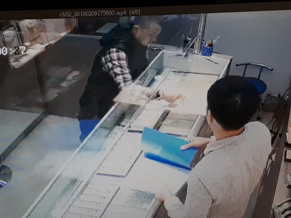 新竹縣竹北市轄區一家銀樓9日晚間發生搶案,警方4小時內破案,行搶的吳姓嫌犯與林姓嫌犯共謀行搶,由林嫌與妻子假裝要買金飾掩護,讓吳嫌趁機搶走5條市價40萬元的金項鍊。(記者洪美秀翻攝)