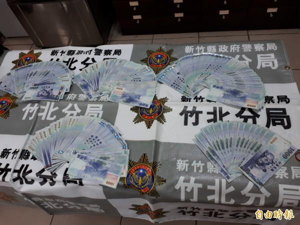 新竹縣竹北市9日晚間發生銀樓搶案,警方4小時內破案,逮獲2嫌及贓款25萬元及1條金項鍊。(記者洪美秀攝)