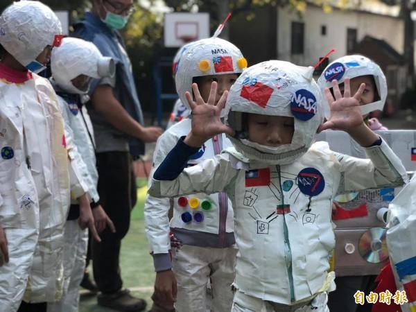 春節9天連假放不夠?新竹市政府推出太空漫遊鬧元宵活動,邀請民眾裝扮成太空裝,16日一起到新竹市護城河畔來場太空銀河提燈漫遊樂。(記者洪美秀攝)