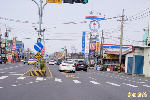 今天經枋寮的北返車潮不多,警方研判尖峰已過。(記者陳彥廷攝)