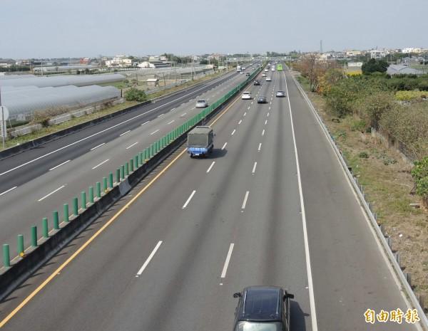 用路人怕踩地雷提早上路收假,讓今天國道中部北上車道時速動輒破百。(記者湯世名攝)