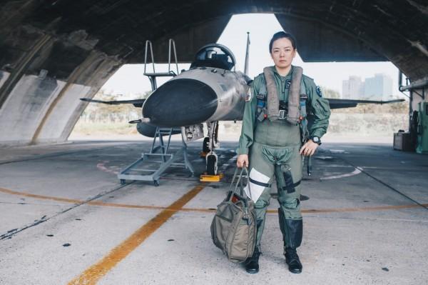 中尉郭文靜為中華民國第一位女性由兵轉服飛行軍官的二代機飛行員。(圖:軍聞社提供)
