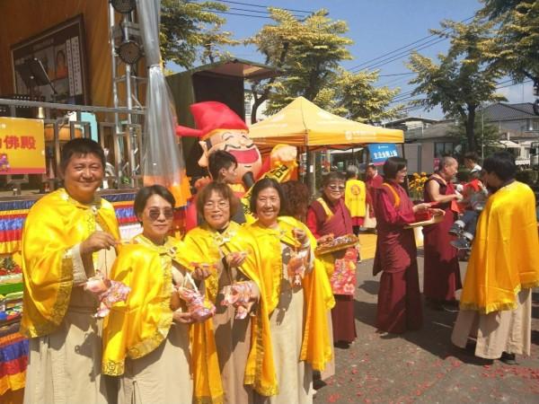 世界佛教正心會準備「百元好運福袋」及「金豬燈籠」,供參加行動佛殿法會民眾索取。(圖/世界佛教正心會提供)