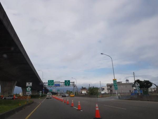 民眾今從宜蘭交流道開車北上,罕見未見排隊車潮,高公局於傍晚5點解除高乘載管制。(記者張議晨翻攝)