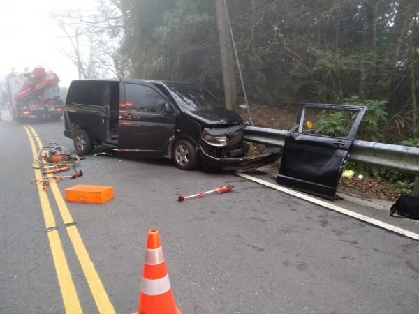 台18線95.2公里今下午發生廂型車撞護欄意外。(記者王善嬿翻攝)