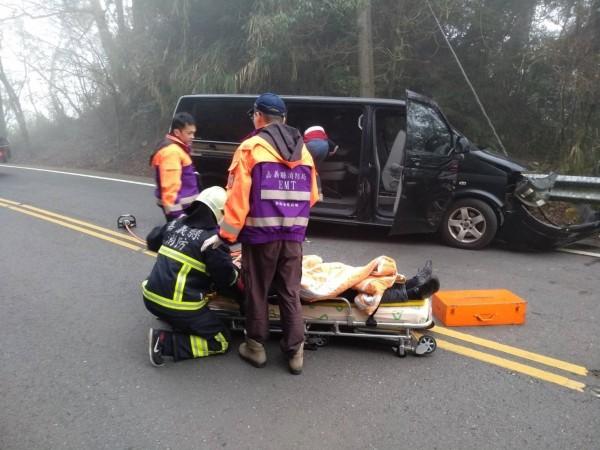 廂型車擦撞護欄,車上中國籍遊客有5人受傷送醫。(記者王善嬿翻攝)
