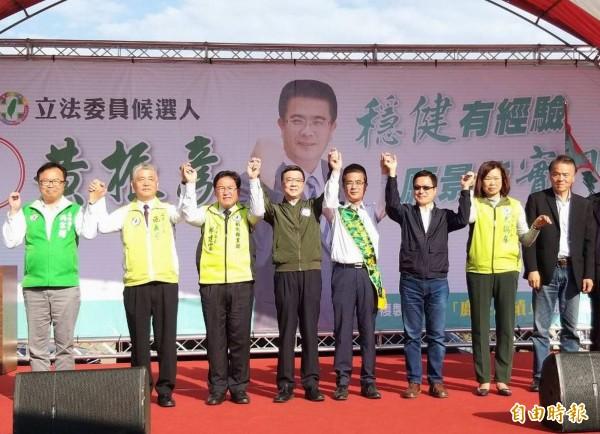 民進黨主席卓榮泰(右5)等人為立委候選人黃振彥(右4)站台,高呼「凍蒜」。(記者湯世名攝)